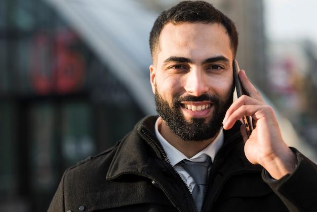 Vorderansicht-geschäftsmann, der am telefon spricht