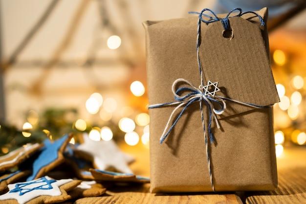 Vorderansicht geschenk mit etikett glücklich chanukka