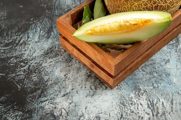 Vorderansicht geschnittene frische melone auf dunklem hellem hintergrund
