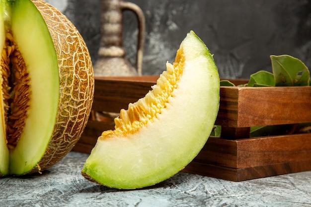 Vorderansicht geschnittene frische melone auf einem dunklen hellen hintergrund süße frucht sommer mild
