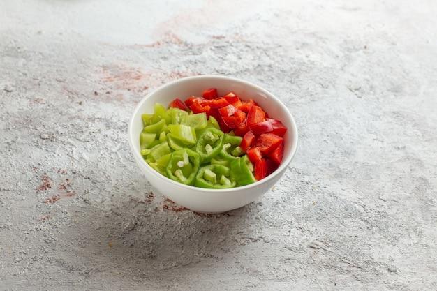 Vorderansicht geschnittene paprika in kleinen teller auf der hellen oberfläche