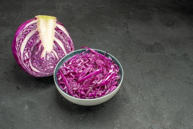 Vorderansicht geschnittenes frisches gemüse des rotkohls auf dem dunklen tischdiätgesundheit reifen salat