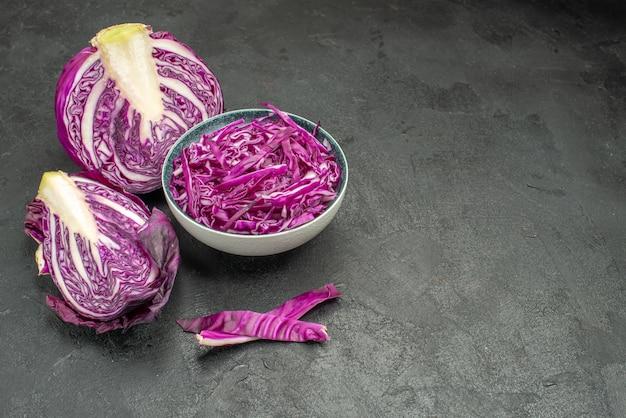 Vorderansicht geschnittenes frisches gemüse des rotkohls auf der gesundheitsdiät des dunklen tisches reifen salats