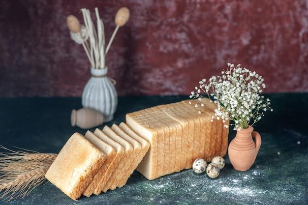 Vorderansicht geschnittenes weißbrot auf dunklem hintergrund tee frühstück essen teig gebäck brötchen morgenbrot bäckerei