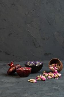 Vorderansicht getrocknete rosen in vasen mit verstreuten rosa getrockneten rosen