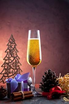 Vorderansicht glas champagner mit geschenk und spielzeug auf leichten getränken alkohol foto farbe champagner neujahr