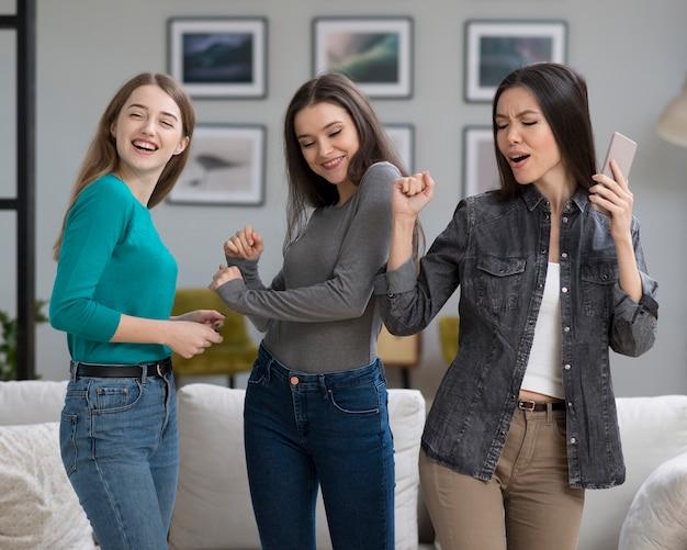 Vorderansicht glückliche erwachsene frauen, die zusammen tanzen