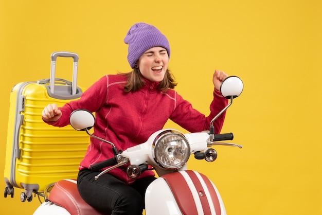Vorderansicht glückliches junges mädchen auf moped