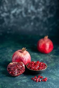 Vorderansicht granatapfelkerne schüssel granatäpfel auf dunkler oberfläche