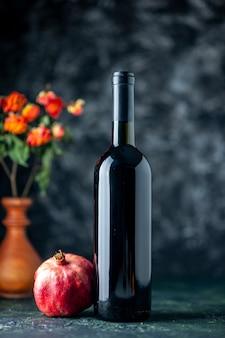 Vorderansicht granatapfelwein an der dunklen wand trinken fruchtalkohol saure farbe bar restaurant saft wein