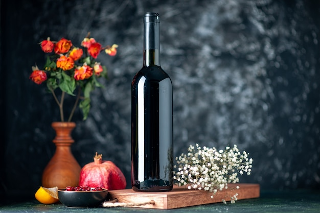 Vorderansicht granatapfelwein an der dunklen wand trinkt fruchtalkohol saure farbe bar restaurantwein