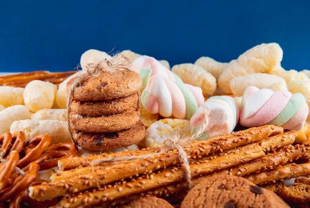 Vorderansicht haferkekse mit schokolade in einem bündel mit grissini bagels und cornflakes