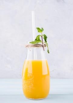 Vorderansicht hausgemachten orangensaft