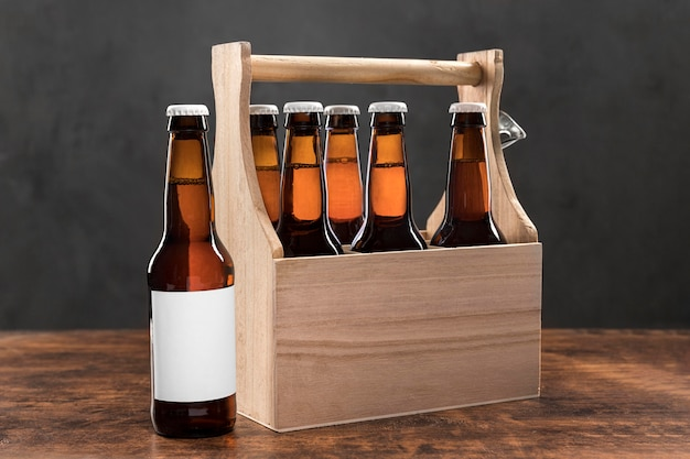 Vorderansicht holzkiste mit bierflaschen