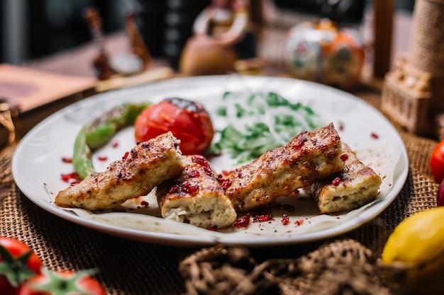 Vorderansicht hühnerlula mit gemüse und zwiebeln