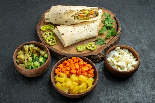Vorderansicht in scheiben geschnitten köstliches shaurma-salat-sandwich auf grauer oberfläche pita-mahlzeit-salat-burger-sandwich