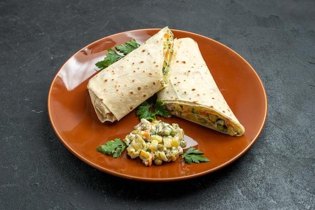 Vorderansicht in scheiben geschnittenes shaurma leckeres fleischsandwich in der platte auf dunkler oberfläche burger sandwich brot pita
