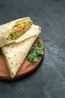 Vorderansicht in scheiben geschnittenes shaurma leckeres salatsandwich auf grauem burger-pita-sandwich-salatbrot