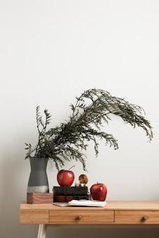 Vorderansicht innenschreibtisch mit pflanze und äpfeln