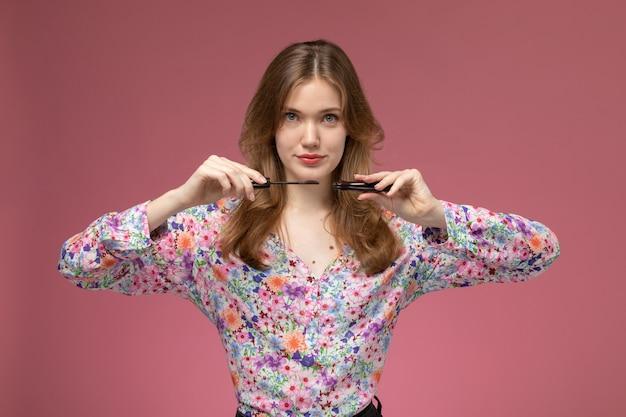 Vorderansicht junge dame zeigt, wie man make-up-zubehör verwendet