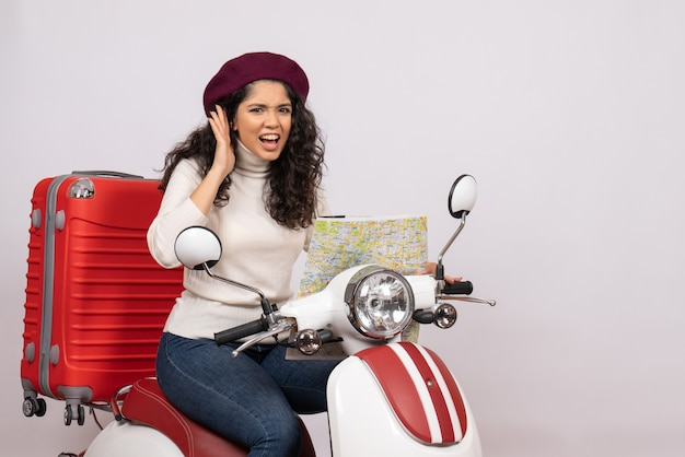 Vorderansicht junge frau auf fahrrad beobachten karte auf weißem hintergrund farbe straßengeschwindigkeit urlaub fahrzeugfahrt
