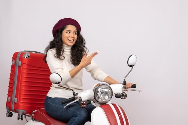 Vorderansicht junge frau auf fahrrad mit ihrer tasche auf weißem hintergrund farbe straßengeschwindigkeit urlaub fahrzeug motorradfahrt