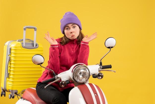 Vorderansicht junge frau auf moped verwirrend