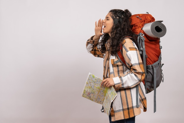 Vorderansicht junge frau beim wandern mit karte auf weißem hintergrund lufttouristenwaldhöhe campus bergnatur