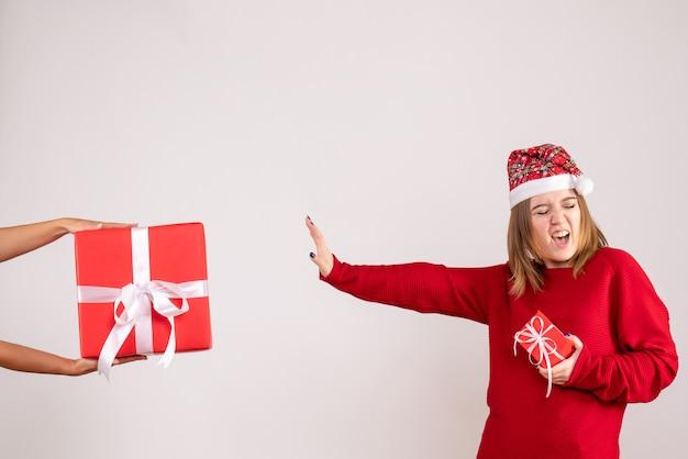 Vorderansicht junge frau, die ein anderes weihnachtsgeschenk von frau ablehnt