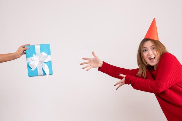 Vorderansicht junge frau, die ihr geschenk annimmt