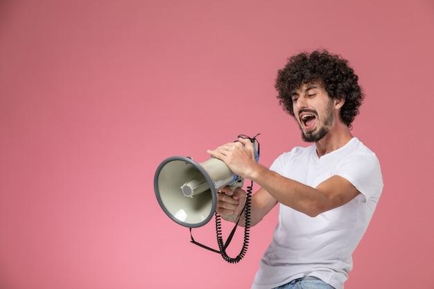 Vorderansicht junge frau, die mit mikrofon schreit