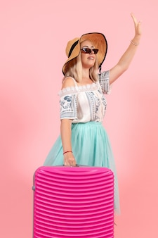 Vorderansicht junge frau, die sich auf den sommerurlaub mit rosa tasche auf dem rosa hintergrund vorbereitet, reise reise wasserflugzeug rest