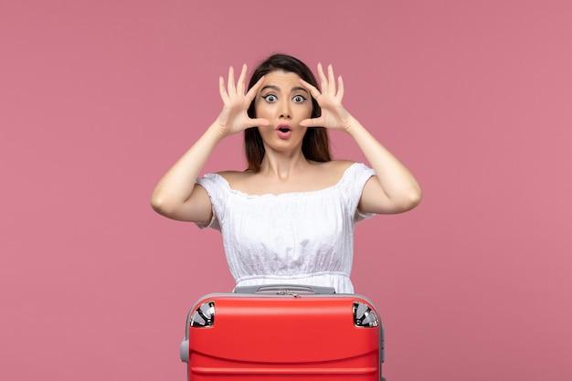 Vorderansicht junge frau, die sich auf urlaub mit schockiertem ausdruck auf rosa hintergrundauslandsreise-seereise-reise-reise vorbereitet