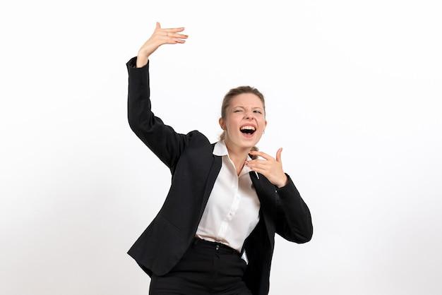 Vorderansicht junge frau im strengen klassischen anzug, die jemanden auf weißem hintergrund frau business-anzug arbeit job weiblich anruft