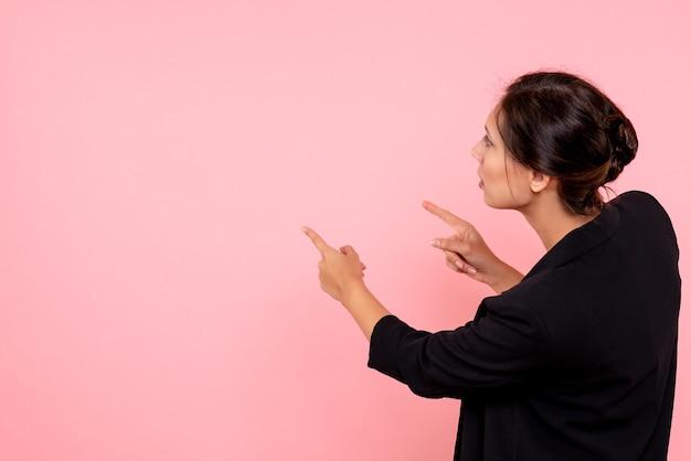 Vorderansicht junge frau in der dunklen jacke auf rosa hintergrund