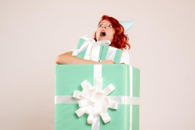 Vorderansicht junge frau in gegenwart hält andere geschenke auf weißem hintergrund