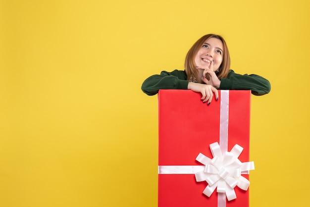 Vorderansicht junge frau in geschenkbox träumen