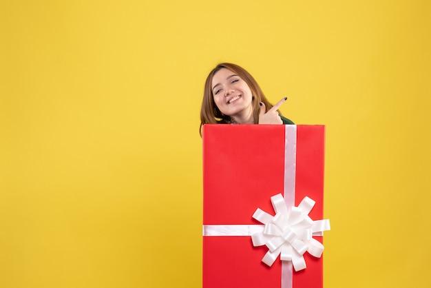 Vorderansicht junge frau in geschenkbox