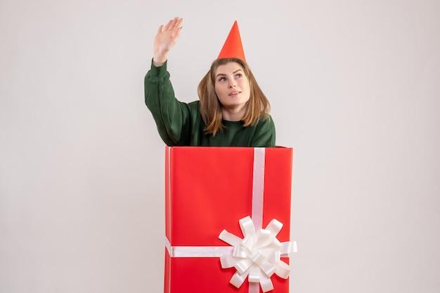 Vorderansicht junge frau in roter geschenkbox