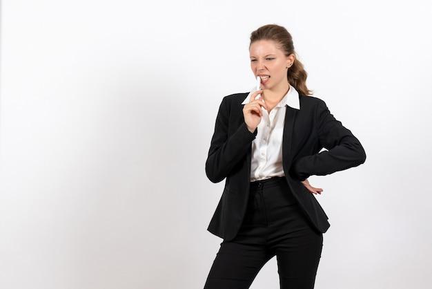 Vorderansicht junge frau in strengen klassischen anzug hält stift auf weißem hintergrund frau job kostüm geschäft weibliche arbeit