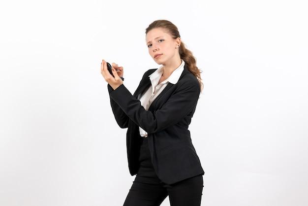 Vorderansicht junge frau in strengen klassischen anzug make-up auf weißem hintergrund modell frau job ernstes kostümgeschäft