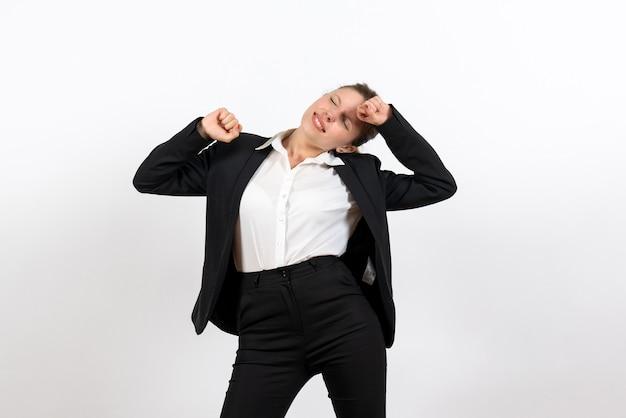 Vorderansicht junge frau in strengen klassischen anzug und gähnen auf weißem hintergrund job frau business weibliche anzug arbeit
