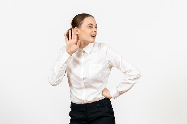 Vorderansicht junge frau in weißer bluse genau zuhören auf weißem hintergrund bürojob weibliche emotion gefühl modell