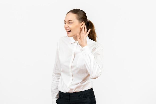 Vorderansicht junge frau in weißer bluse genau zuhören auf weißem hintergrund weibliches büro emotion job gefühl modell