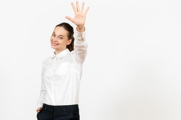 Vorderansicht junge frau in weißer bluse mit lächelndem gesicht auf weißem hintergrund job büro weibliche gefühl modell emotionen