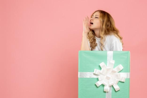 Vorderansicht junge frau innerhalb der blauen geschenkbox, die ruft