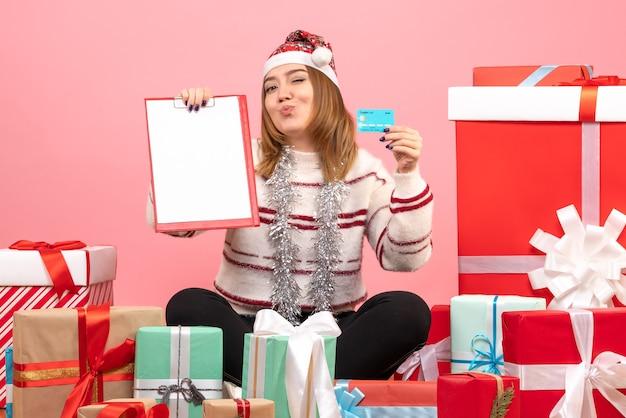 Vorderansicht junge frau mit aktenschein und bankkarte