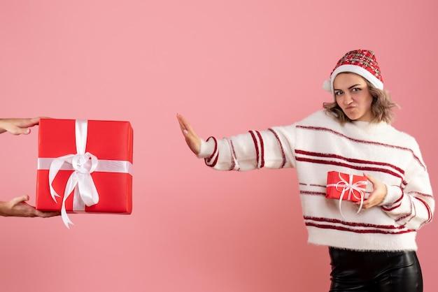 Vorderansicht junge frau mit mann, der ihr ein anderes geschenk gibt