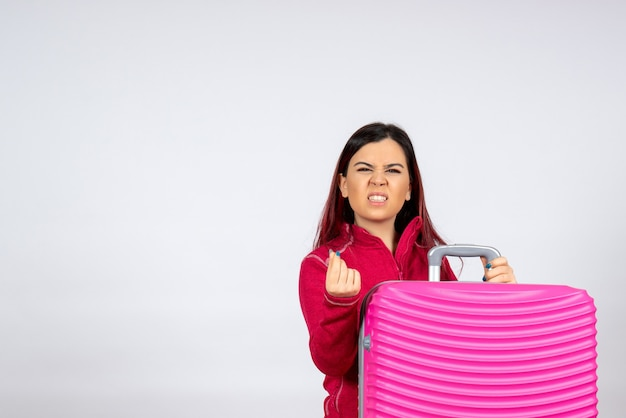 Vorderansicht junge frau mit rosa tasche auf weißer wandfarbe emotion urlaubsreise flugreise frau