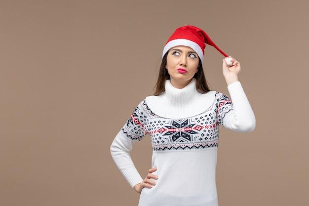 Vorderansicht junge frau mit träumendem ausdruck auf braunem hintergrund neujahrsgefühle weihnachten